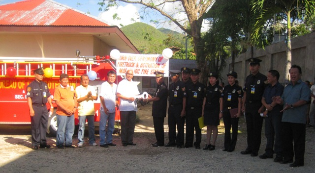 Turn-Over Ceremony of LGU Maribojoc Fire Truck and Activation of the Maribojoc Fire Station. – Mayor Leoncio B. Evasco, Jr. receives from Provincial Fire Marshal FSUPT. Pepe G. Rebusa, OSHP, MPA the symbolic key of the turned-over Fire Truck donated by the Bureau of Fire Protection. (Photo by Ninia C. Alcoseba)